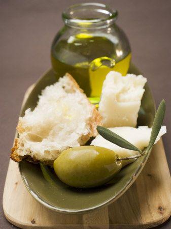 Olivenöl, Käse in einer Metalschale