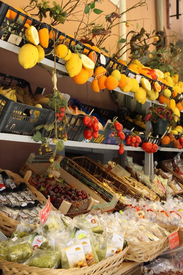 Der Schlüssel zu fast jedem köstlichen sizilianischen Gericht ist die Einfachheit der Zutaten. Hier Obst und Früchte an einem Marktstand.