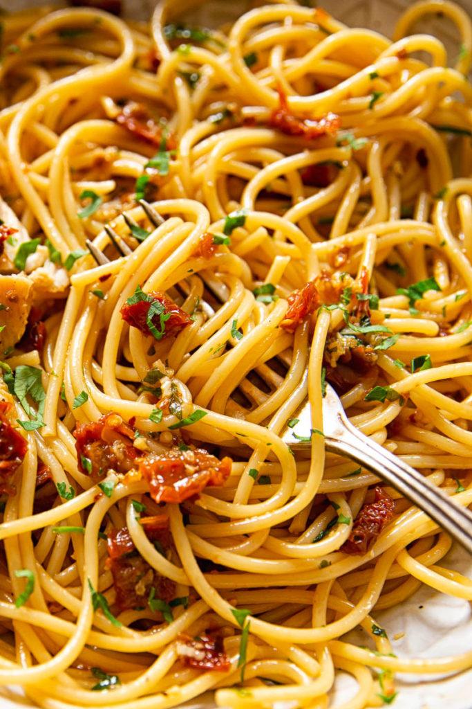 Spaghetti aus sonnengetrockneten Tomaten, Knoblauch und Chili