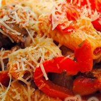Pasta mit gebratenen Zucchini, Tomaten und Speck